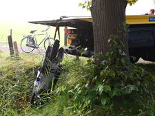 Scooterrijder belandt in sloot na botsing op de Nijkerkerstraat