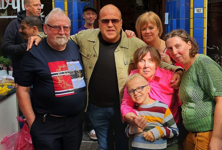 Cafébaas Paul Aerts met zijn familie en zanger Sergio.