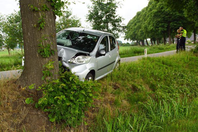 De auto botste frontaal tegen een boom.