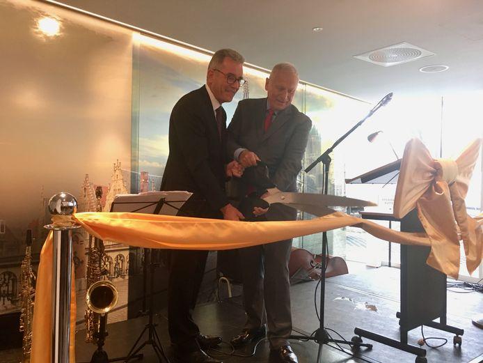 Eigenaar Harry Gross (rechts) knipt het lint van zijn nieuwste hotel.