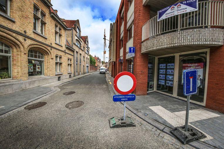 Ieper Er staat een kraan in de Houtmarktstraat in Ieper.