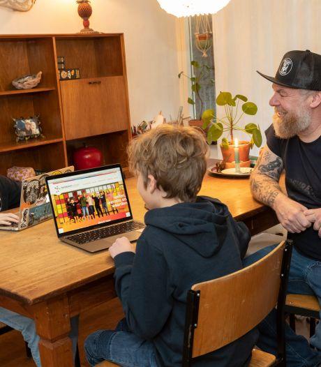 Ouders uit Zutphen kruipen achter de laptop op zoek naar middelbare school voor zoon of dochter