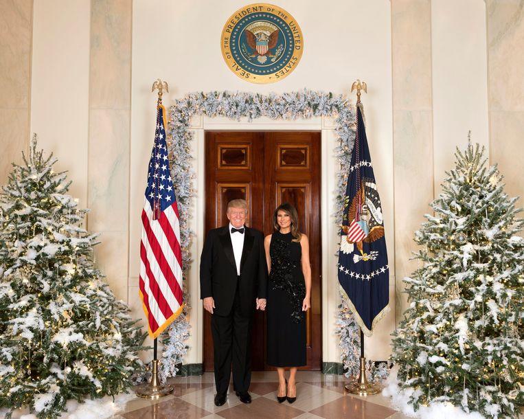 Het officiële kerstportret van Donald en Melania Trump van vorig jaar.