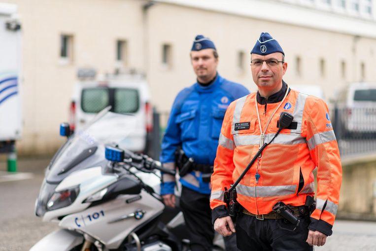 Het nieuwe oranje-rode uniform van de politie.