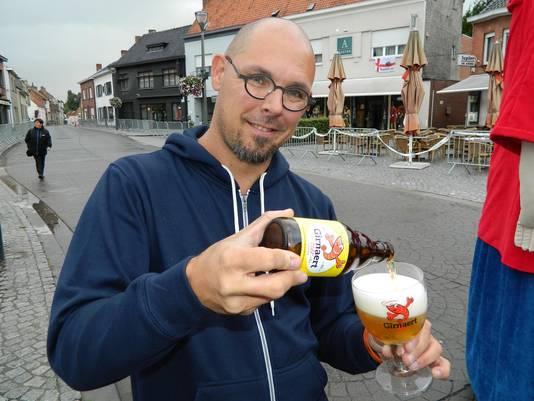 Tom Robersscheuten met het Girnaertbiertje dat een nieuw logo op flesje en glas kreeg.