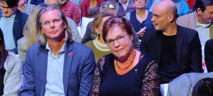 Jannie Visscher is de nieuwe partijvoorzitter van de SP. Links naast haar zit de nummer 2, Patrick van Lunteren