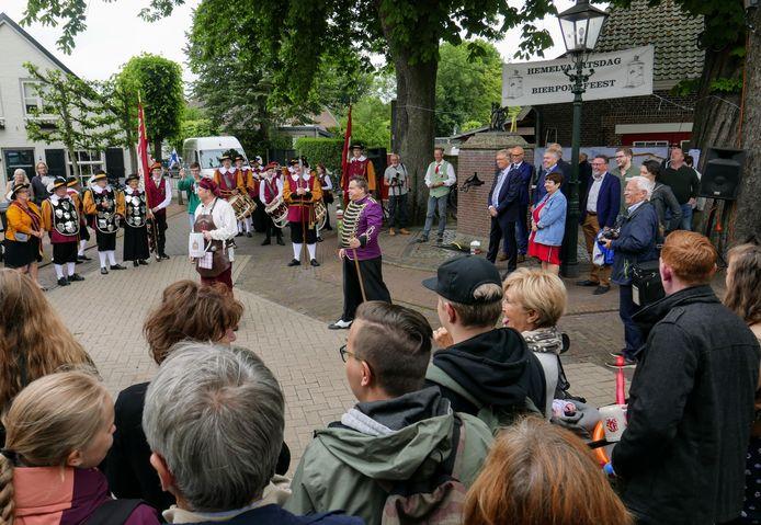 Tijdens het Bierpompfeest van vorig jaar koos Esch voor een verlicht fietspad als afscheidscadeau van de gemeente Haaren.