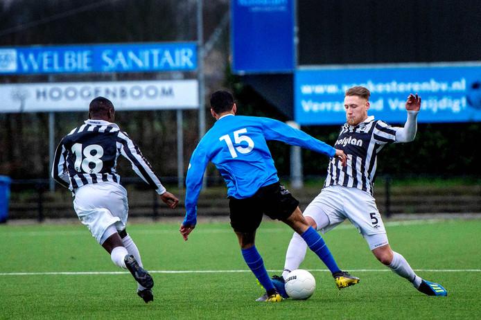 Bram van Dongen (rechts) van Achilles'29 grijpt in tegen De Dijk, eerder dit seizoen.