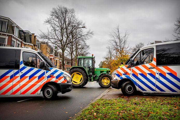 Boeren proberen langs Paleis Huis ten Bosch te rijden tijdens de actie van boerenactiegroep Farmers Defence Force (FDF).