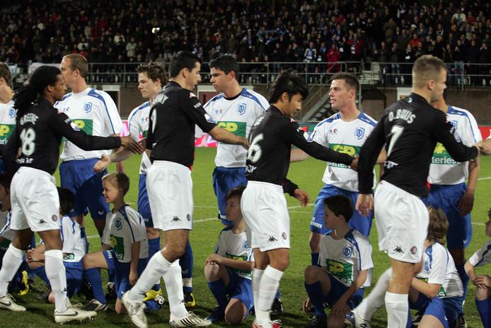 Tien jaar geleden was het - zonder combiticket - volle bak op De Braak, toen SV Deurne het Feyenoord van Roy Makaay  (midden) ontving in de strijd om de KNVB-beker. Archieffoto Van de Meulenhof