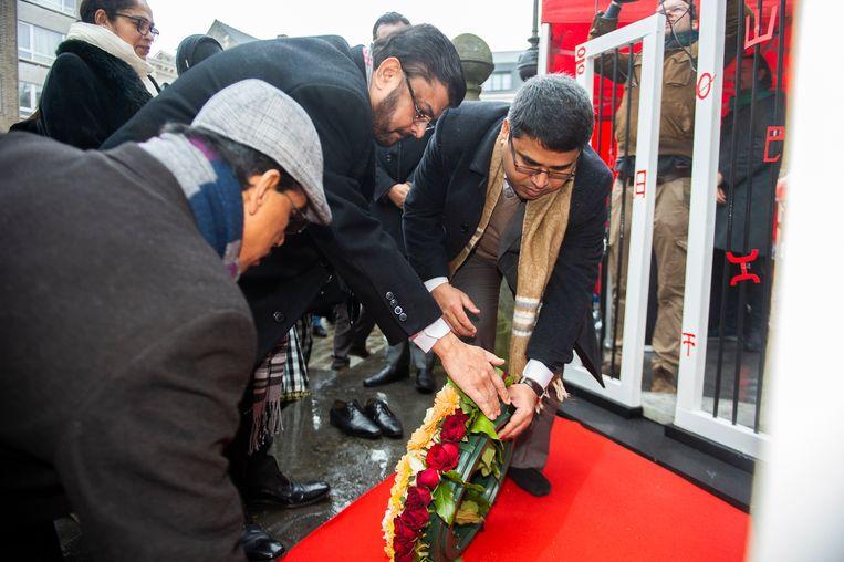 De ambassadeur van Bangladesh (de man met de bril) legt een bloemenkrans neer ter herdenking aan zij die voor hun eigen taal vochten.