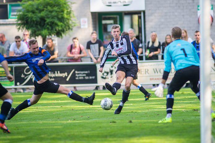 Axel Hulzebos bestookt namens WWNA het doel van Orderbos. De club uit Wenum-Wiesel is koploper in de vierde klasse F.