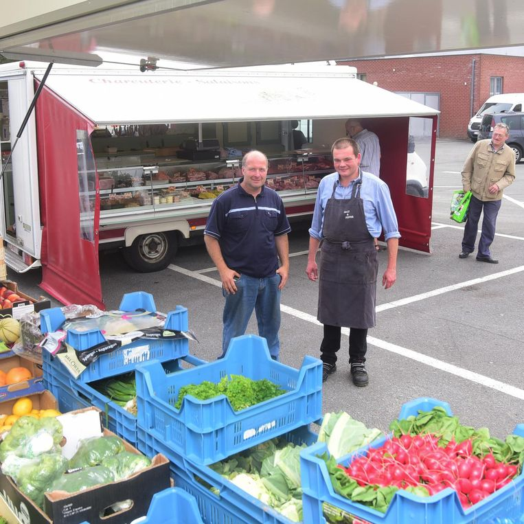 Marktkramer Olivier kreeg het gezelschap van Geert op de wekelijkse vrijdagmarkt in Tollembeek.