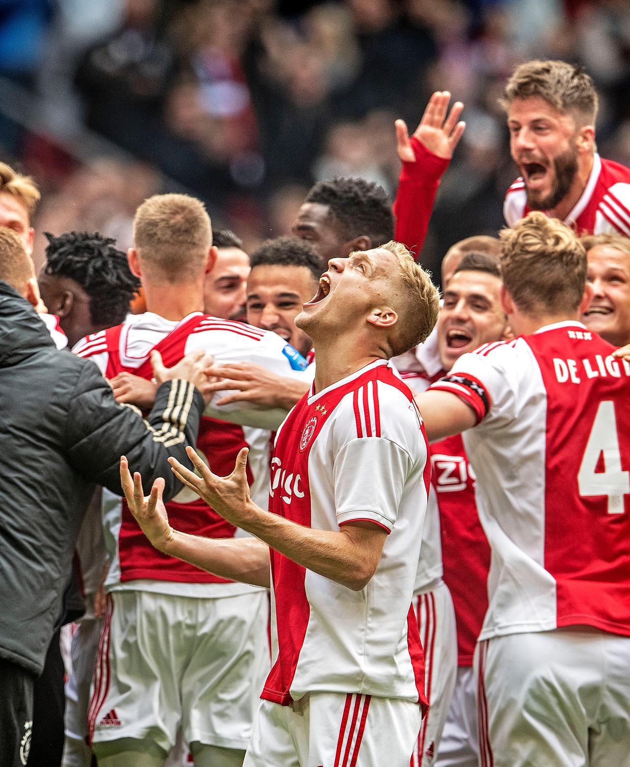 In Amsterdam eindigt het 4-1, in Alkmaar 1-0. Donny van de Beek schreeuwt het uit.