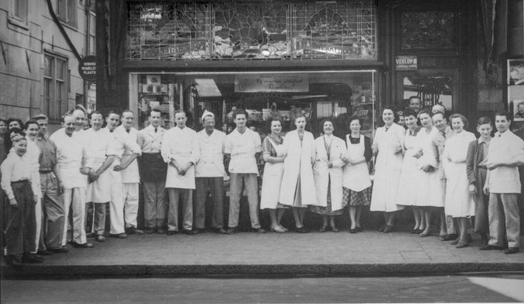 Patisserie Kwekkeboom in de Reguliersbreestraat, nu en rond 1958. Herry Kwekkebooms vader Herman staat onder het verlofbord. Beeld Prive foto