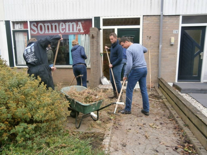 Studenten bezig aan de Morinel in Dronten.