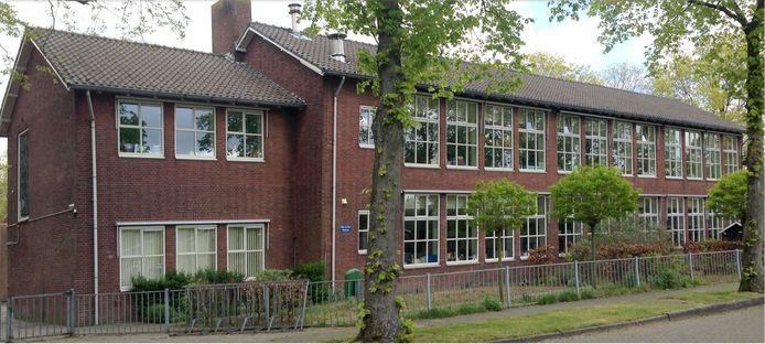 Het hoofdgebouw van de voormalige basisschool De Kring in Rijen wordt verbouwd tot appartementen. De bomen blijven staan.