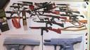 Het wapenarsenaal dat in het appartement van de 19-jarige jongeman werd aangetroffen.