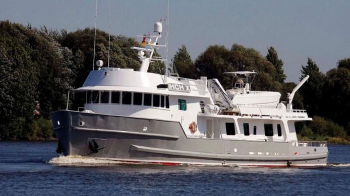 De HCH X heette eerst Lady Esther, werd gebouwd bij de Amerikaanse Halter Marine werf in Lockport (LA) en wordt aangedreven met dubbele schroeven.