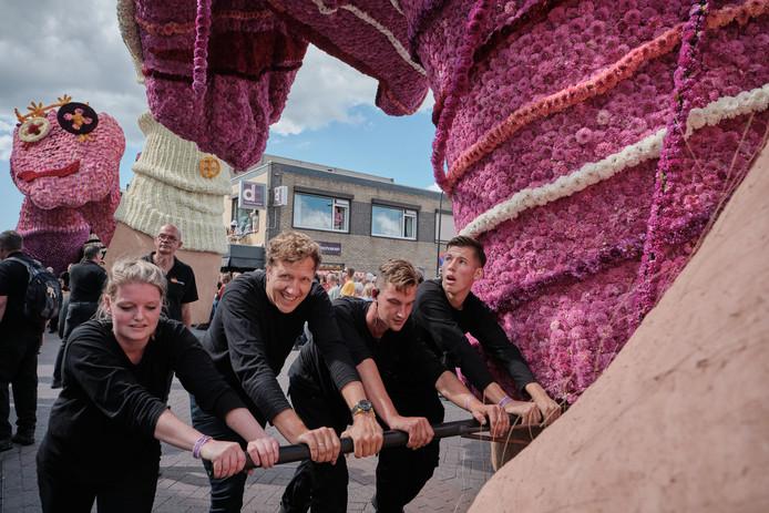 Klaas van Kruistum (tweede van links) bezocht afgelopen september het bloemencorso in Zundert.