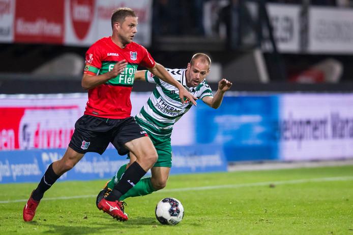 NEC-speler Joey van den Berg (l) in duel met Go Ahead Eagles-speler Istvan Bakx (r)