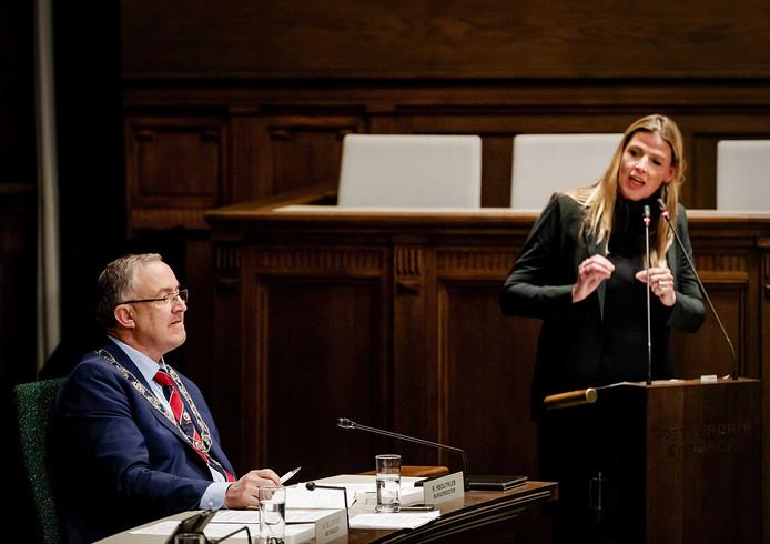 Ahmed Aboutaleb (links) en Tanya Hoogwerf in actie in de gemeenteraad.