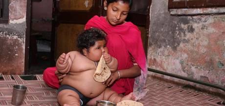 Indiase baby van acht maanden weegt zeventien kilo