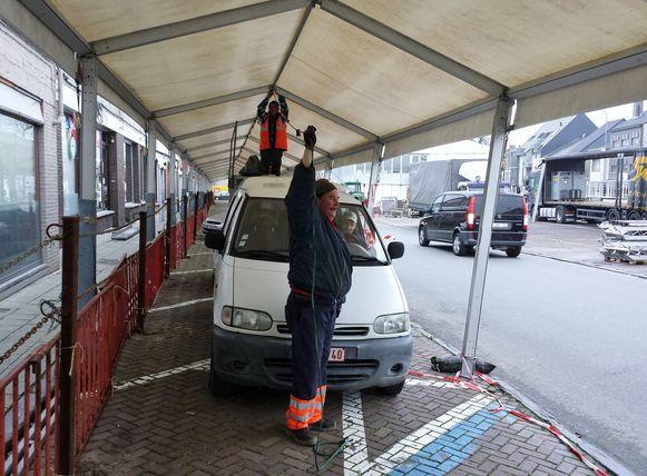 De standplaatsen van de marktkramers en landbouwvoertuigen worden opnieuw opgemeten en afgebakend.