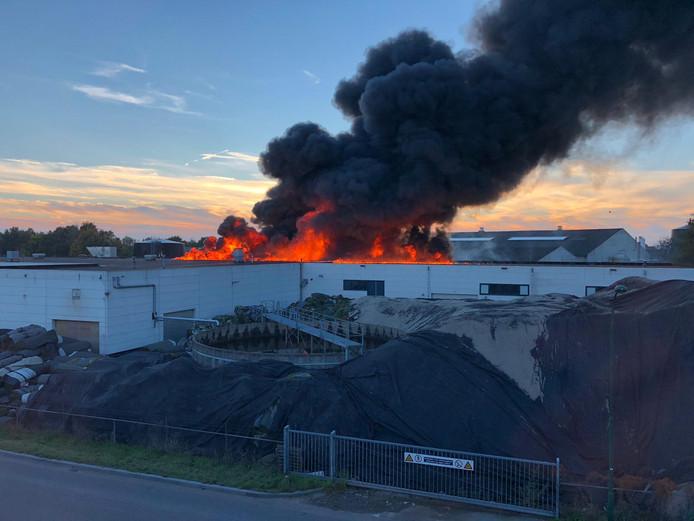 De brand bij TUF Recycling Dongen, gezien vanaf het dak van Van Uitert B.V..