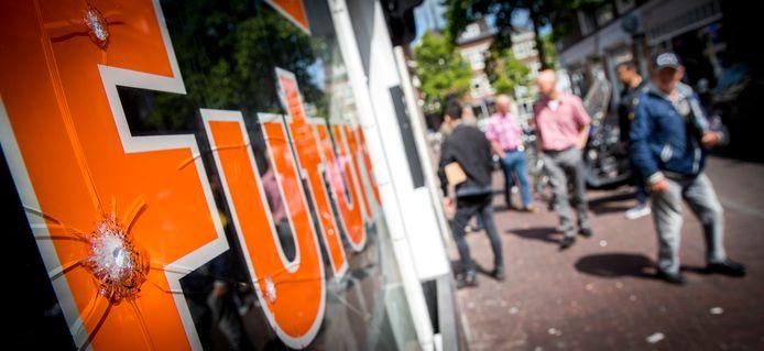 Het raam van de coffeeshop The Future in Centrum van Delft.