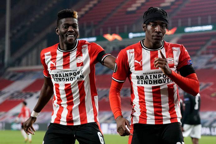Doelpuntenmaker Noni Madueke (rechts) en Ibrahim Sangaré na de 2-2 van PSV tegen PAOK.