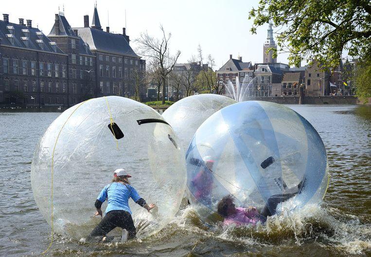 Mei 2013: Jongeren lopen in grote plastic ballen een parcours over de Hofvijver, als onderdeel van een campagne van de gemeente Den Haag om een gezonde levensstijl te stimuleren en het aantal kinderen met overgewicht terug te dringen. Beeld anp