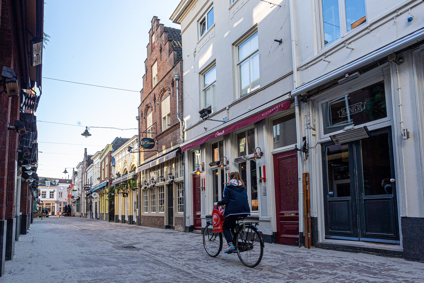 Het is rustig op straat in Den Bosch, zo ook in de normaal zo drukke Korte Putstraat.
