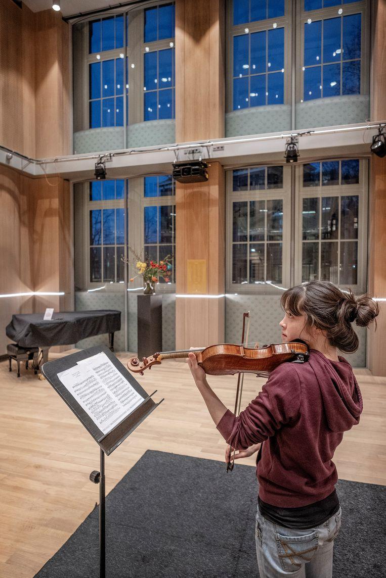 De Belgische violiste Sylvia Huang repeteert in de nieuwe Amsterdam Zaal in het RCO House.  Beeld Patrick Post
