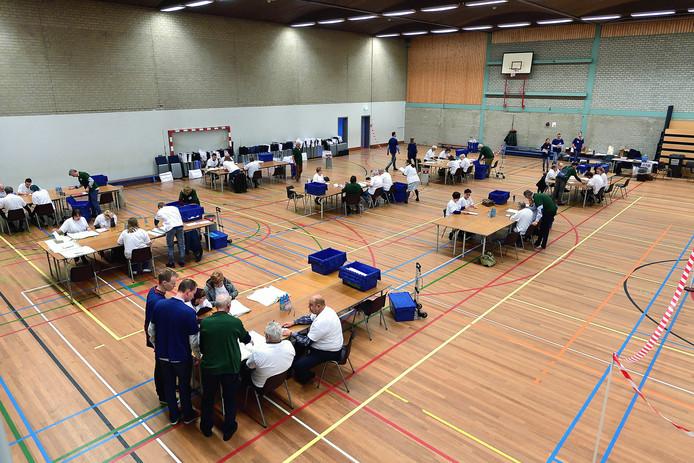 De gemeente Bergen op Zoom deed mee aan het landelijke experiment om op verkiezingsdag alleen op partijniveau stemmen te tellen. Donderdagochtend werd in sporthal Gageldonk geteld hoeveel stemmen individuele kandidaten hadden gekregen.