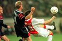 André Karnebeek maakt Jari Litmanen het leven zuur. Links komt de huidige Ajax-trainer Erik ten Hag hem helpen.
