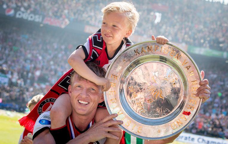 Dirk Kuijt en zijn zoon met de kampioensschaal in mei 2017. Beeld ANP