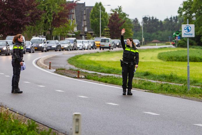 Ook op de Twelloseweg ter hoogte van de begraafplaats in Terwolde deed de politie vanochtend passantenonderzoek.