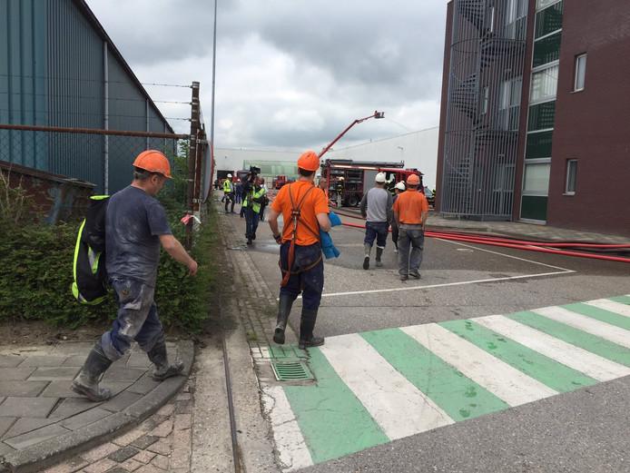 De eerste medewerkers mochten rond 14.00 uur terug richting het kantoorgedeelte van het bedrijf.
