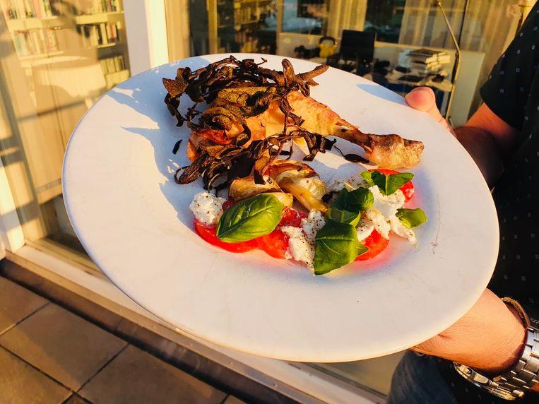 Gebraden kip met knoflook en saliechips. Beeld Marcus Huibers