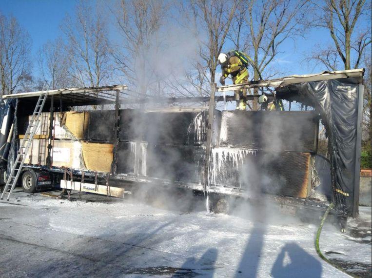 De vrachtwagen brandde volledig uit op de E34.