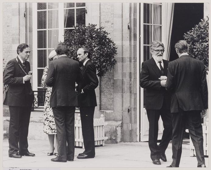 Jan van Mosselveld (rechts, met baard), in 1987 bij de opening van het Markiezenhof, waar koningin Beatrix bij aanwezig was.