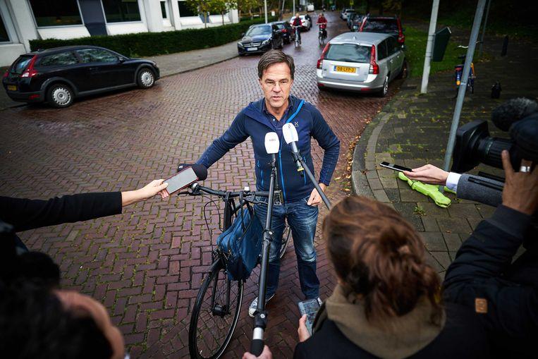 Mark Rutte krijgt vragen over de vakantie van de koning , als hij zondagmorgen bij het Catshuis arriveert voor een corona-overleg. Beeld ANP