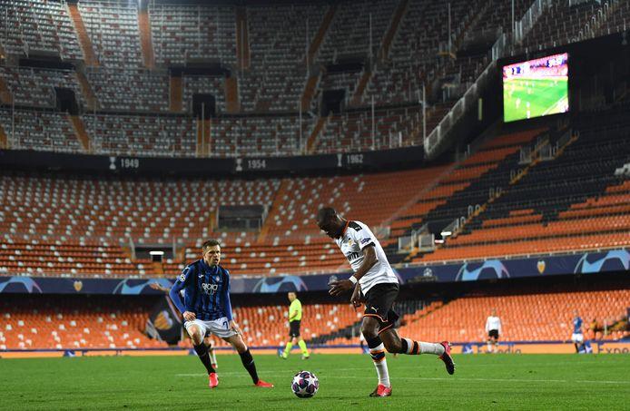 Ook in een 'leeg' stadion zal iemand de videoschermen moeten bedienen, zoals afgelopen maart bij Valencia-Atalanta.