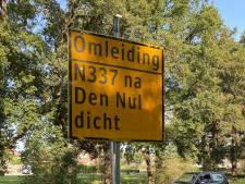 Twee weken avonden en nachten omrijden: dijk langs IJssel wordt geasfalteerd