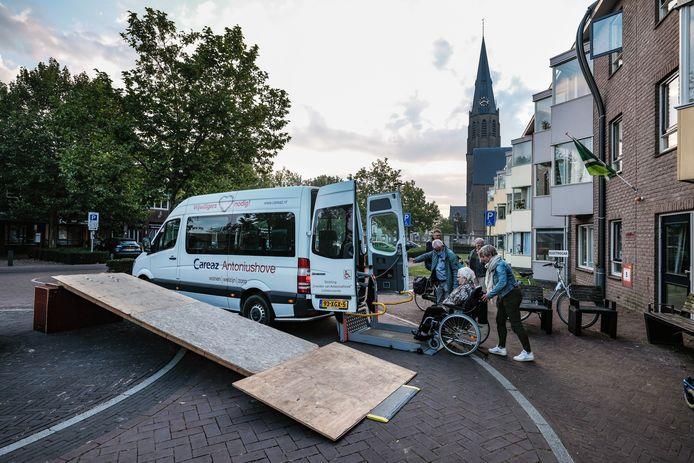 De verhuizing uit Antoniushove is in volle gang. Taxibusjes rijden af en aan. Foto: Jan Ruland van den Brink