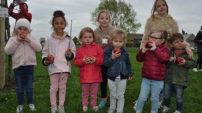Kinderen smullen van Radio 2-appels