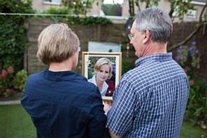 De ouders van Eline houden een foto van haar vast. Bron: Hollandse Hoogte