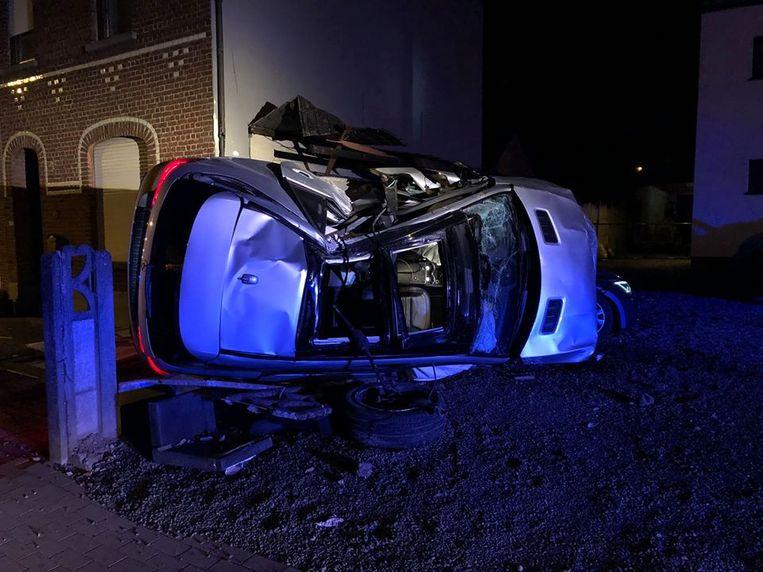 De gloednieuwe Mercedes vernielde zeven andere voertuigen en kwam daarna zelf op zijn zij terecht.