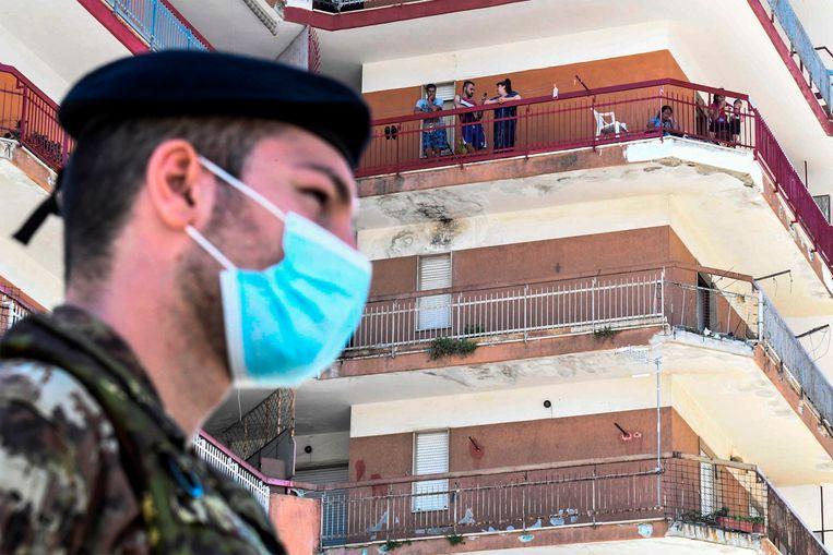 """In Mondragone verspreidde het virus zich onder Bulgaarse arbeidsmigranten. Het gebied werd afgesloten door de politie, maar enkele migranten binnen de zogenaamde 'rode zone' weigeren daar te blijven """"omdat ze de kost moeten verdienen""""."""